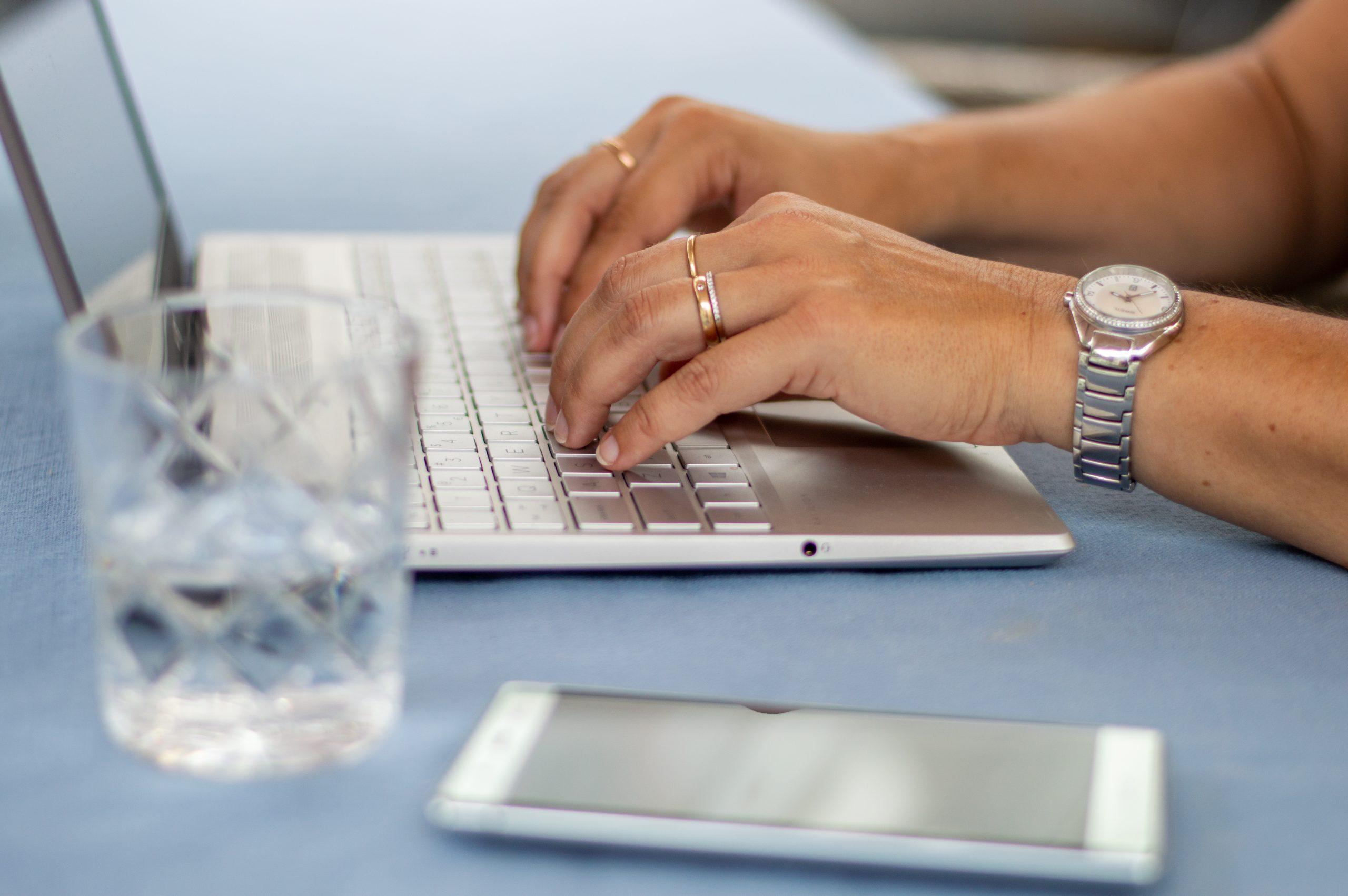 Nieuwsbrieven, social media berichten en teksten voor je website.